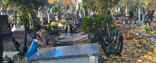 Wolontariusze ZSB na Cmentarzu Komunalnym we Włocławku